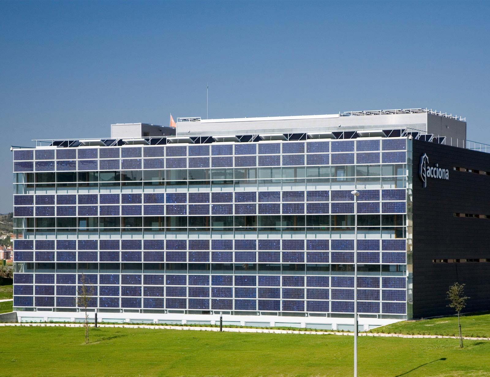 ZERO EMISSION BUILDING. ACCIONA SOLAR HEADQUARTERS, PAMPLONA